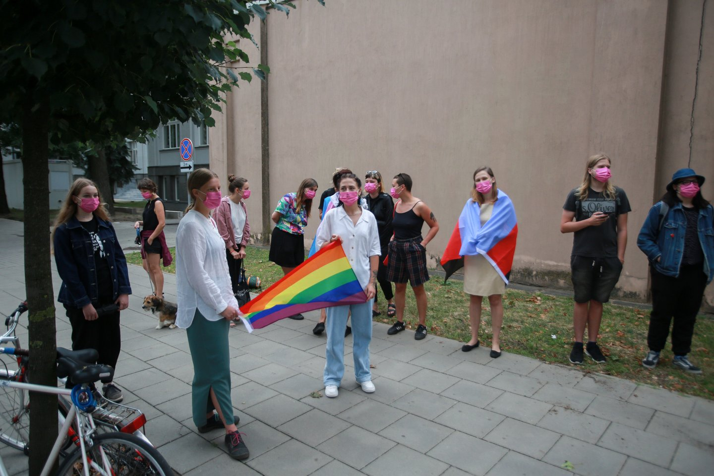 Prieš pirmąjį teismo posėdį prie teismo susirinko LGBT rėmėjų būrys.<br>G.Bitvinsko nuotr.