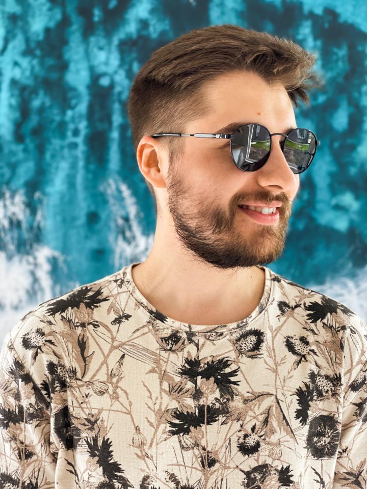 """Penktadienį skaitmeninėse muzikos platformose pasirodė jau sėkmingai išgarsėjusio ir tarptautinį pripažinimą sulaukusio Lietuvos didžėjaus ir muzikos prodiuserio Andrejaus Anskino-Anske naujiena – Alano Chošnau ir Leono Somovo dainos """"Planetos"""" remiksas."""