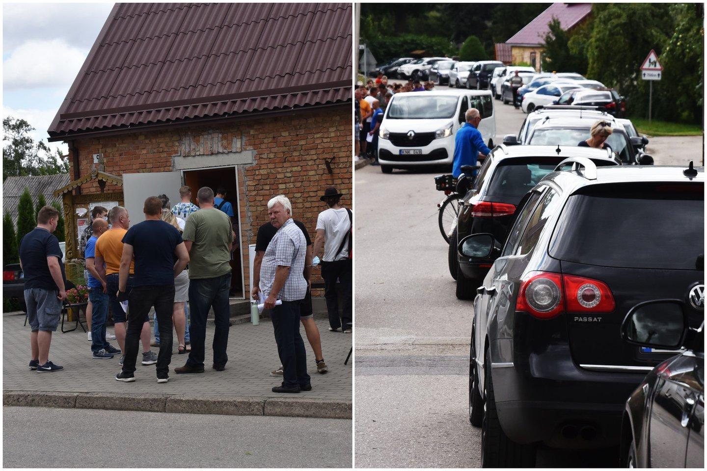 Į Pašvitinio miestelį penktadienį suvažiavo gausus būrys norinčių pasiskiepyti nuo COVID-19.<br>A.Padoros nuotr. koliažas