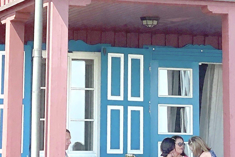 R.Karpavičiui priklausiusi vila, kurią laikinai administruoti paskirta jaunoji našlė, Nidoje tapo garsiu turistiniu objektu. Namą su terasa fotografuoja daug praeivių.<br>Nuotr. iš LR archyvo