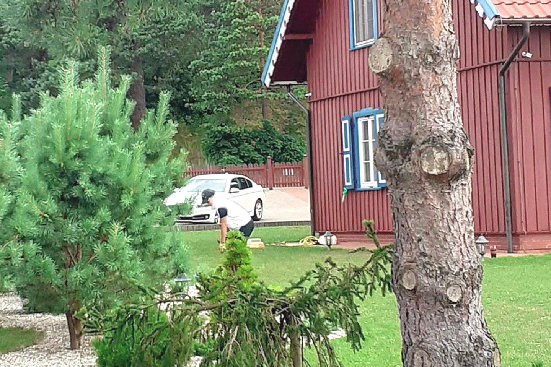 Poilsiautojai vasarą prie milijonieriaus vilos neretai mato baltą apynauję mašiną ir jauną moterį.<br>LR archyvo nuotr.