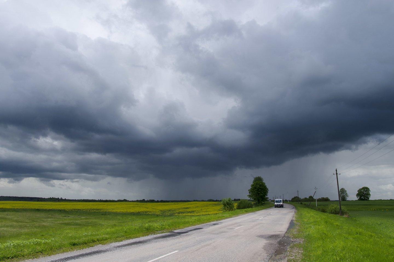 Po karšto, bet lietingo ir vėjuoto savaitgalio išauš niūrus pirmadienis: oras turėtų atvėsti.<br>V.Ščiavinsko nuotr.