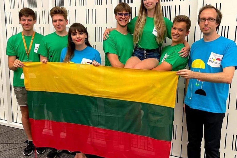 Lietuvius komanda su vadovais V.Jakštu M.M.Sinkevičiene. <br>Organizatorių nuor.
