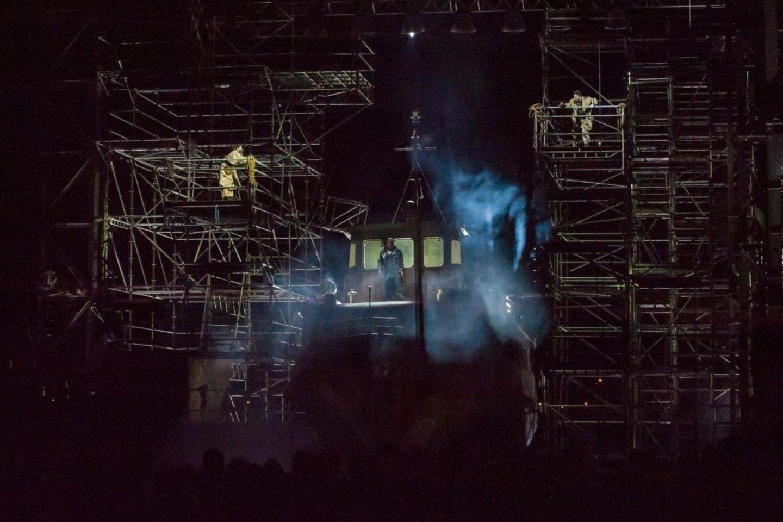 """Prie""""Skrajojančio olando"""" scenografijos prisidėjo ir gamta, atsiuntusi tikrą lietų.<br>O.Kasabovos nuotr."""