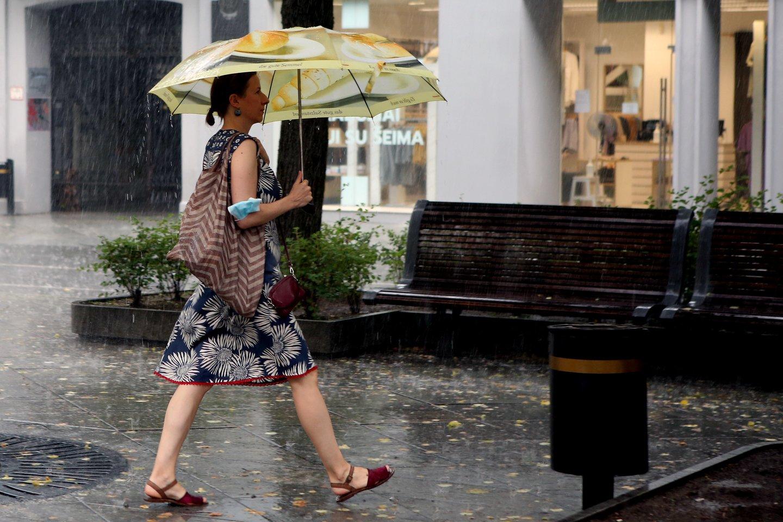 Po karšto, bet lietingo ir vėjuoto savaitgalio išauš niūrus pirmadienis: oras turėtų atvėsti.<br>M.Patašiaus nuotr.