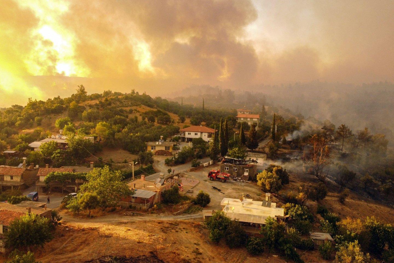 Antalijos ir kitos miškų gaisrų apimtos Turkijos provincijos paskelbtos nelaimės zonomis. <br>AFP/Scanpix nuotr.