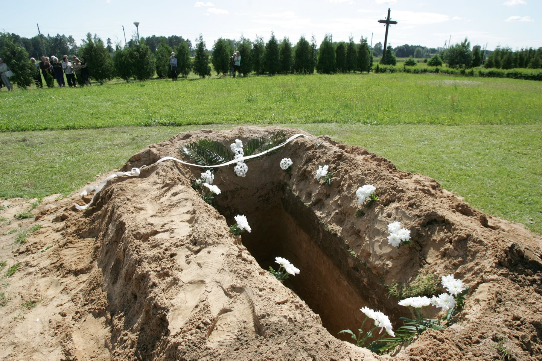Naujamiesčio kapinėse laidodami senolę artimieji turėjo stebėti siaubingą vaizdą, kaip duobkasiai iš per mažos duobės krapšto įstrigusį karstą su palaikais.<br>A.Barzdžiaus asociatyvi nuotr.