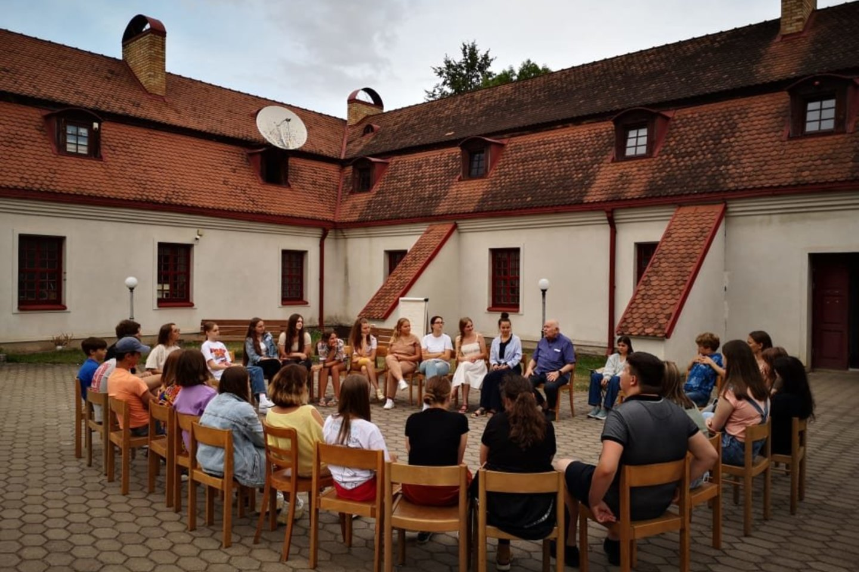 Į savaitės trukmės muzikos stovyklą Troškūnų Švč. Trejybės bažnyčios ir vienuolyno ansamblio erdvėse susirinko būsimi muzikos profesionalai, grojantys styginiais instrumentais.<br>Pranešimo nuotr.