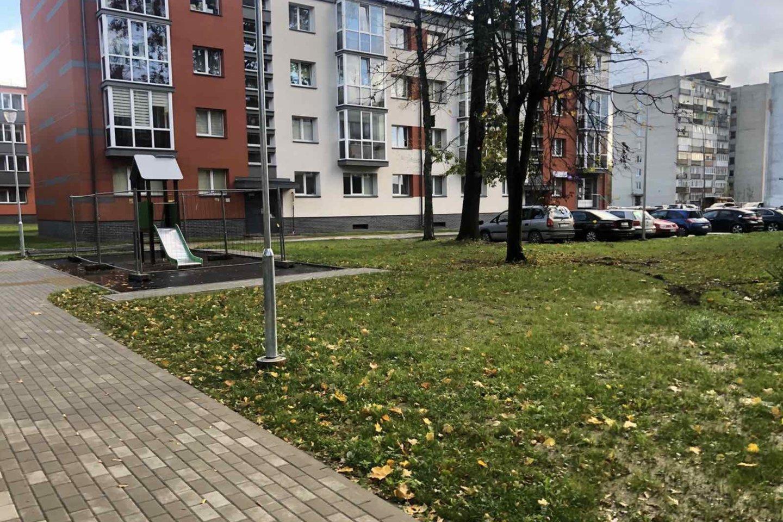 Projekto vykdytojai teigia, kad atnaujinti daugiabučių kiemai nušvito.<br>Klaipėdos savivaldybės nuotr.