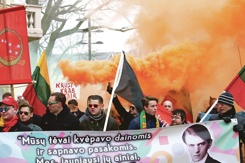 Kelerius metus iš eilės Vasario 16-ąją Kauno centre rengtos patriotų eitynės kartais atrodydavo grėsmingai, tačiau rimtų incidentų pavykdavo išvengti.<br>M.Patašiaus nuotr.