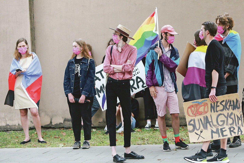 LGBT bendruomenės rėmėjai surengė palaikymo akciją prie teismo rūmų.<br>G.Bitvinsko nuotr.