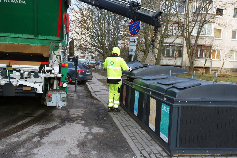 Prie įvažos į šalia namo esančią automobilių aikštelę yra statomi požeminiai konteineriai.<br>M.Patašiaus asociatyvi nuotr.