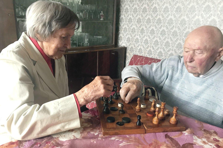 A. ir Z.Stancelių namuose šaškės išsimėto, todėl lentoje jas tenka pakeisti ir šachmatų figūromis, ir net sagomis.<br>E.Kazlaučiūnaitės nuotr.