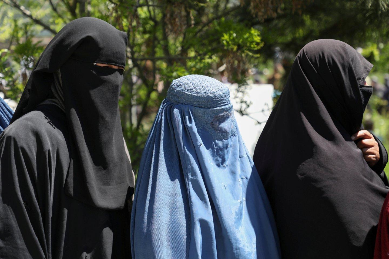 Į Afganistano moteris taikomasi už pasisakymus prieš Talibano vykdomas atakas, o į kai kurias tiesiog už tai, kad užima vadovaujančias pareigas.<br>Reuters/Scanpix nuotr.