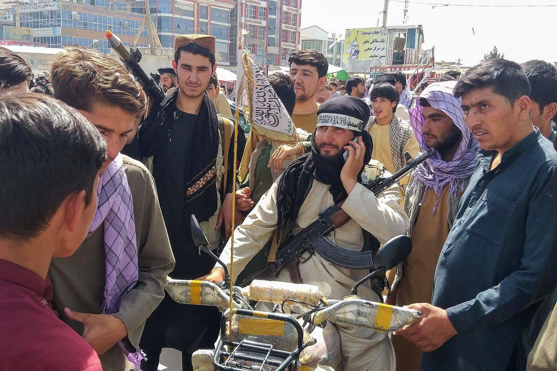 Į Afganistano moteris taikomasi už pasisakymus prieš Talibano vykdomas atakas, o į kai kurias tiesiog už tai, kad užima vadovaujančias pareigas.<br>AFP/Scanpix nuotr.