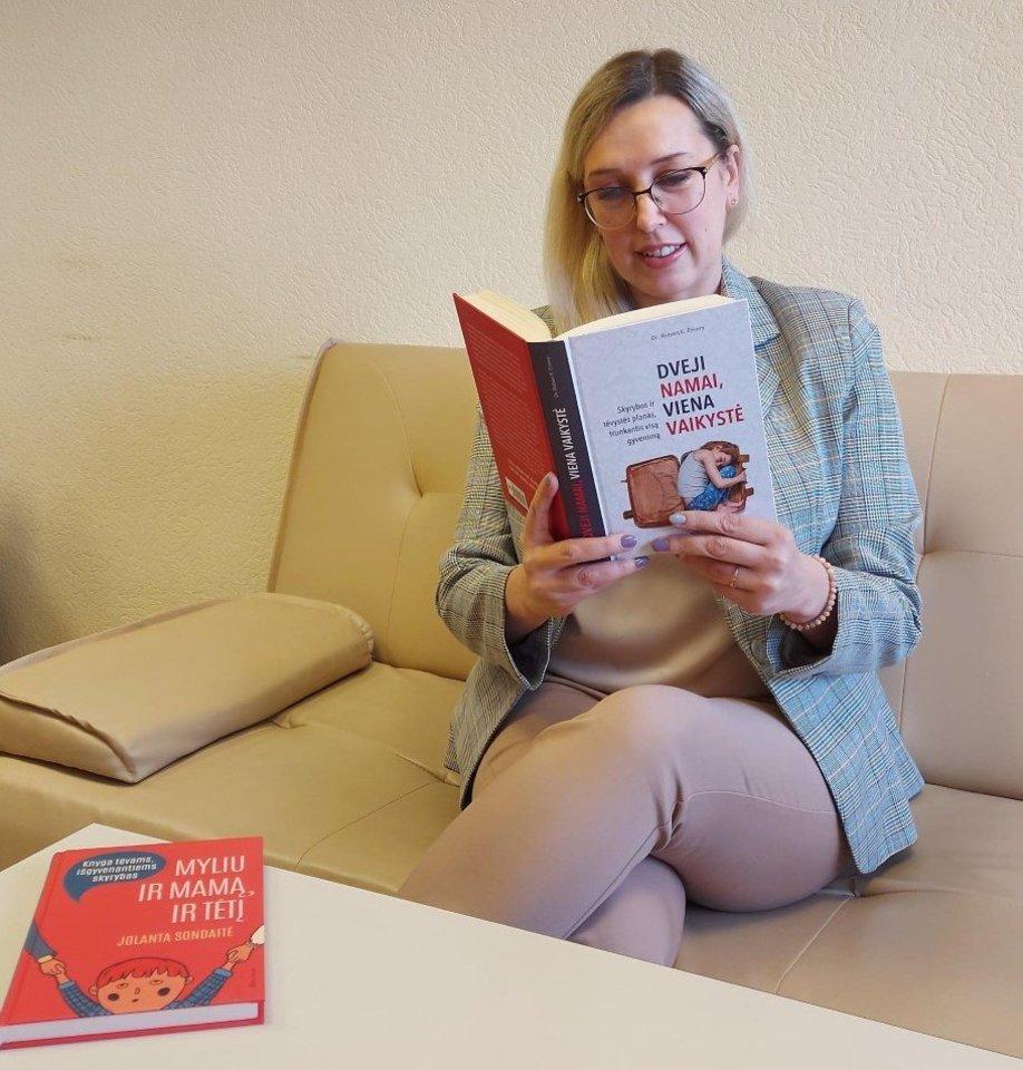 """""""Skyrybos yra skyrybos, o tėvystės ir motinystės planas trunka visą gyvenimą, santykis su buvusiu partneriu kinta, kaip kinta santykis su augančiais vaikais. Tą aš atradau labai geroje knygoje """"Dveji namai – viena vaikystė"""", – kviečia tėvus paskaityti knygą Aistė.<br>Asmeninio albumo nuotr."""