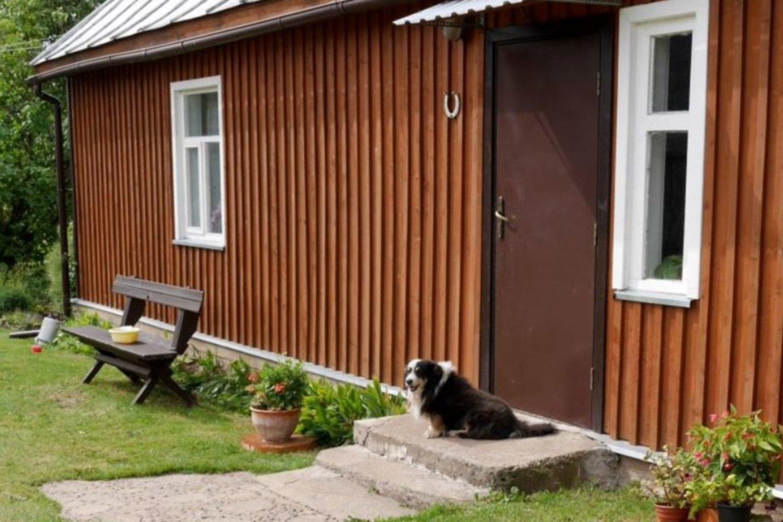 J.Daugienės namui durų raktą atstoja šluota ir šuo, bet šįkart šluotą nupūtė vėjas, o šuo mus sutiko draugiškai, nelodamas.<br>A.Švelnos nuotr.