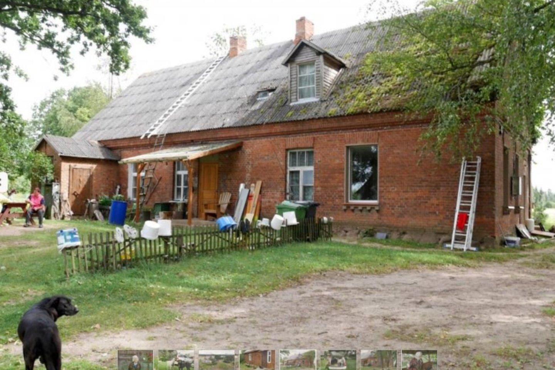 Šiame raudonplyčiame name ilgus metus veikė pradžios mokykla, kai ją iškėlė, pastate apsigyveno ūkininkų Šernų šeima.<br>A.Švelnos nuotr.