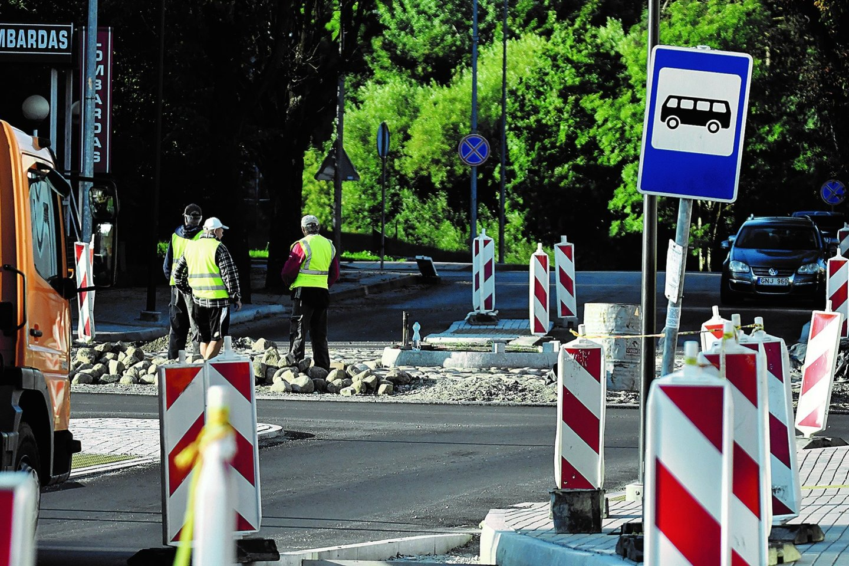 """Maršrutinių autobusų ir mikroautobusų eismą iš centro vis dar stabdo nebaigti darbai Birutės gatvės žiede ir jo prieigose ties """"Senukais"""".<br>www.pajurionaujienos.com nuotr."""