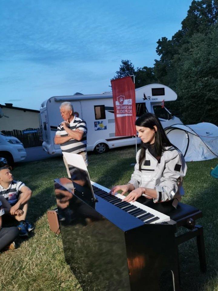 G.Griniūtė į ekspediciją vežėsi pianiną.