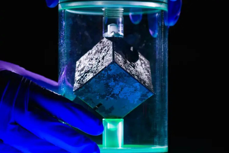 Kubas pagamintas iš natūralaus urano, jis nėra itin radioaktyvus.<br>Merilendo universiteto nuotr.