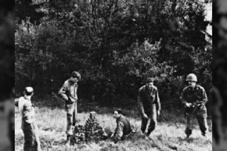"""Nedatuotoje nuotraukoje matomi """"Alsos"""" misijos nariai su krūva urano kubelių.<br>Wikimedia commons"""