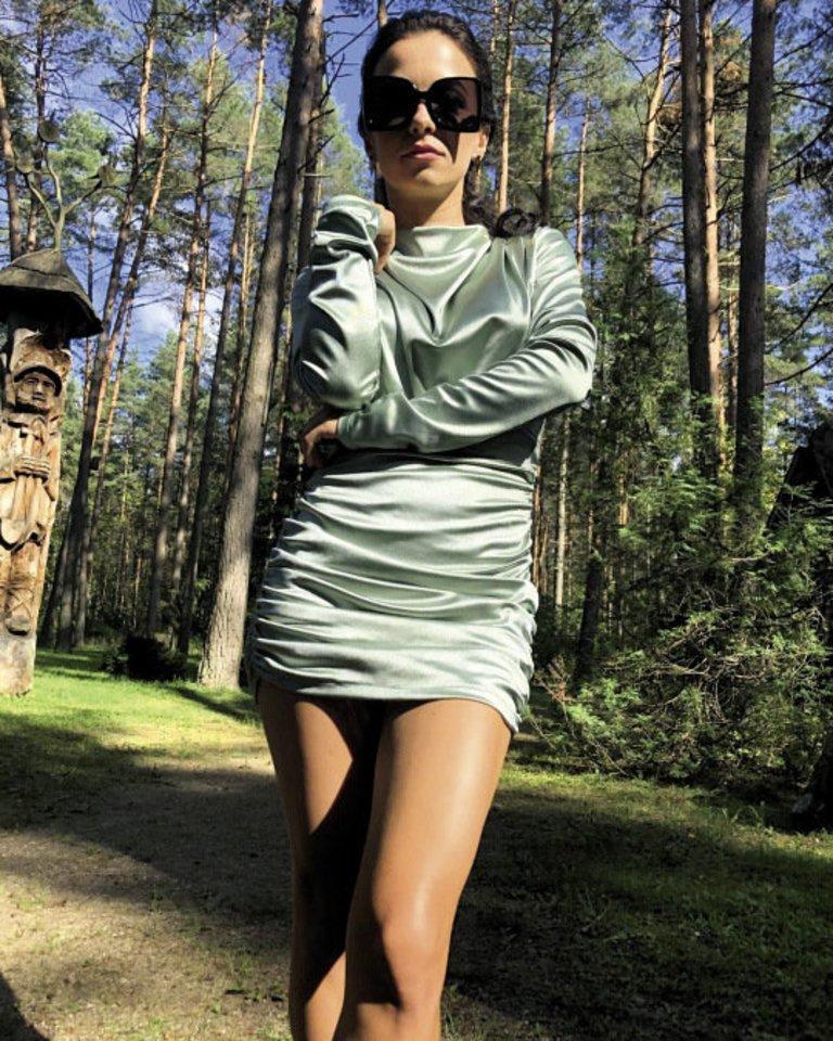 """Dainininkė Irūna Puzaraitė-Čepononienė parodė įdegusias kojas. """"Mini"""", – šalia fotografijos parašė moteris.<br>Asmeninio albumo nuotr."""
