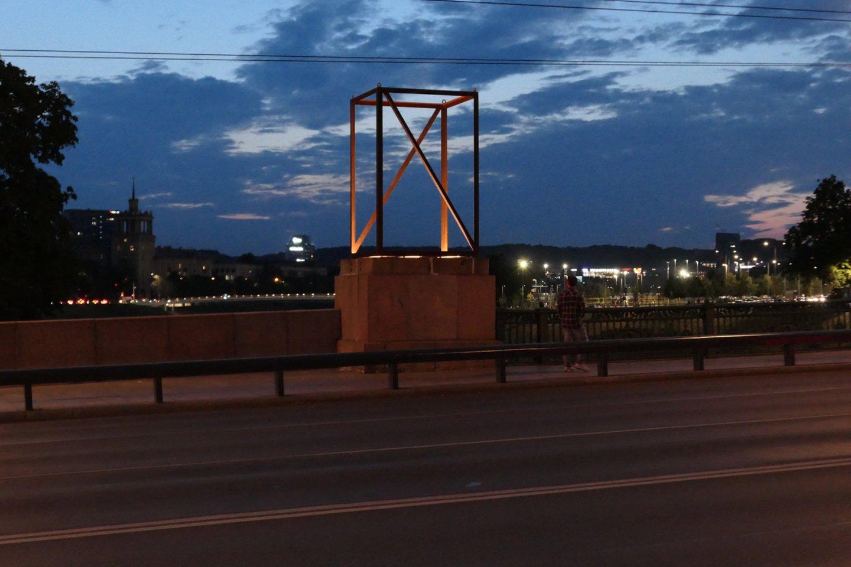 """Ant Žaliojo tilto vyko naujosios instaliacijos """"Žaliojo tilto ženklai"""" montavimo darbai.<br>A. Ambraso nuotr,"""