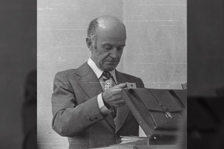 Tuometinio Kauno politechnikos instituto (dabar KTU) profesorius Jonas Mockus. Fotografija daryta paskaitų metu 1979 metais.<br>Wikimedia commons