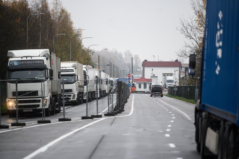 Baltarusijos Valstybės sienos apsaugos komitetas pareiškė, kad Lietuva ir Latvija nevykdo susitarimų dėl vilkikų praleidimo iš Baltarusijos teritorijos.<br>V.Skaraičio nuotr.