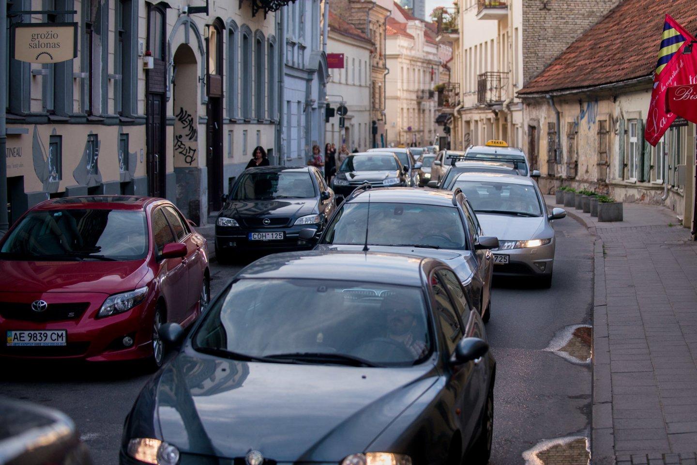 Prancūzijos sostinė priėmė netikėtą sprendimą – sumažinti greitį iki 30 km/val. Tuo tarpu Lietuvoje siaurinamos gatvės, kad vairuotojai neturėtų, kur įsibėgėti.<br>J.Stacevičiaus nuotr.