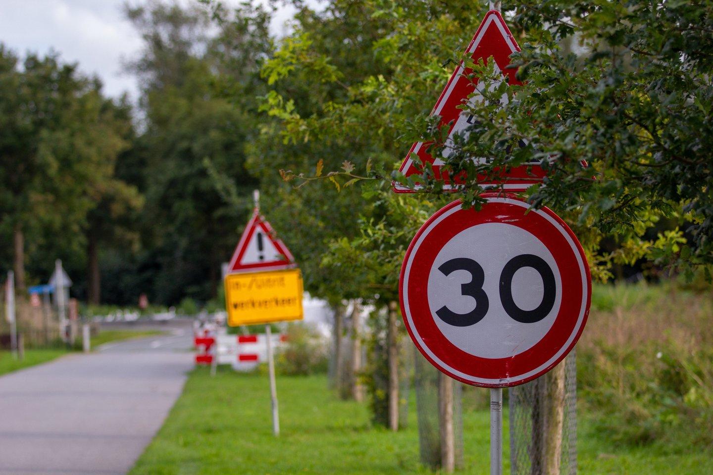 Prancūzijos sostinė priėmė netikėtą sprendimą – sumažinti greitį iki 30 km/val. Tuo tarpu Lietuvoje siaurinamos gatvės, kad vairuotojai neturėtų, kur įsibėgėti.<br>www.unsplash.com nuotr.
