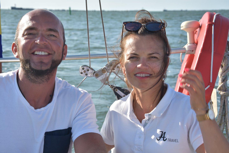 """""""JA Travel"""" įkūrėjai Agita ir Janis jachtos bures iškelia jūroje."""