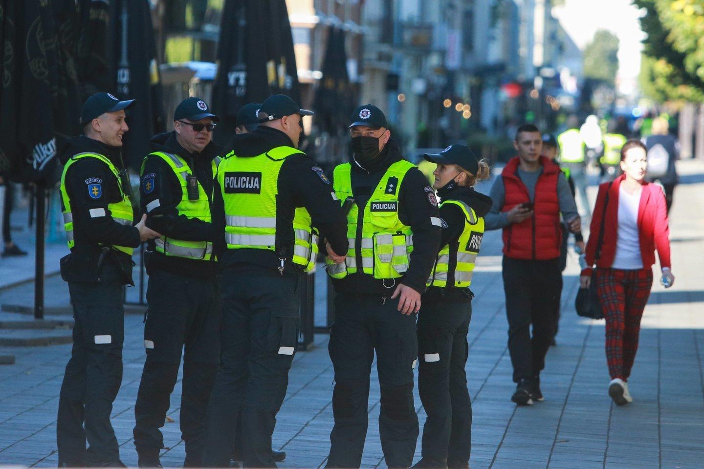 Eitynių priešininkai piktinosi renginio dalyviais, vadino juos necenzūriniais žodžiais, aplaistė alumi, apmėtė kiaušiniais, vyko susistumdymai su policija.<br>G.Bitvinsko nuotr.