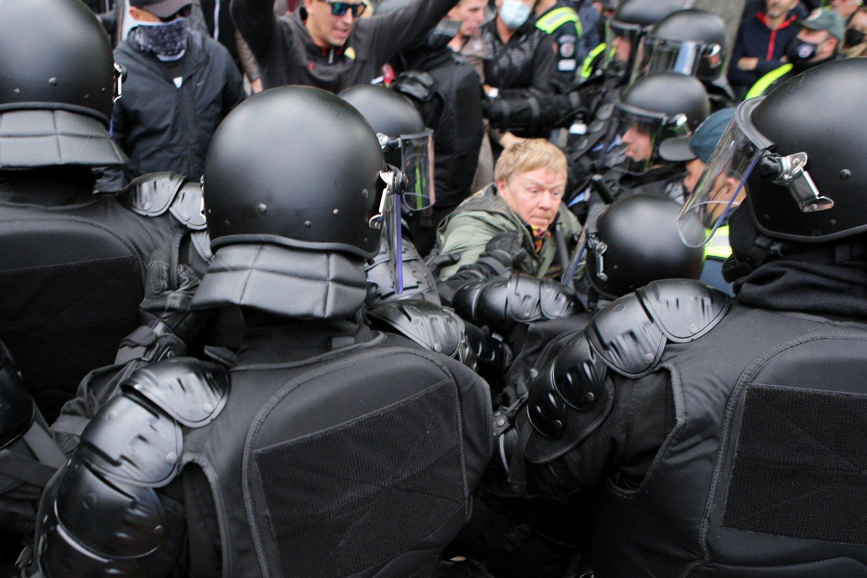 Eitynių priešininkai piktinosi renginio dalyviais, vadino juos necenzūriniais žodžiais, aplaistė alumi, apmėtė kiaušiniais, vyko susistumdymai su policija.<br>T.Bauro nuotr.