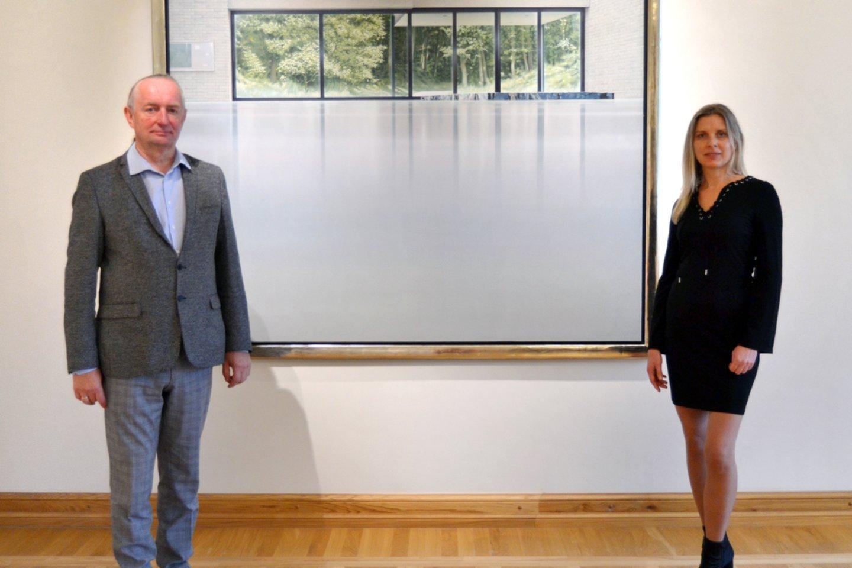 Žemaičių dailės muziejaus direktorius Alvidas Bakanauskas su kuratore prie Willemo van Veldhuizeno paveikslo.<br>Organizatorių nuotr.