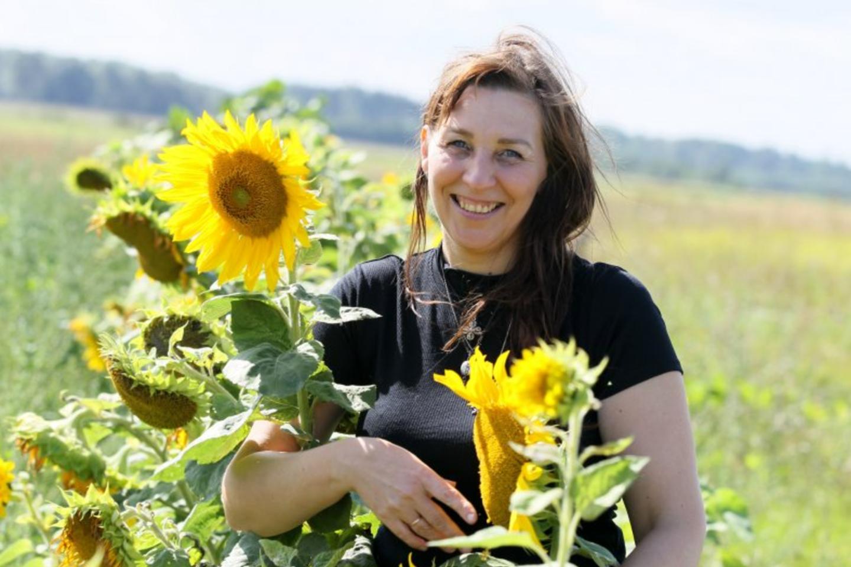 Kaime gyvenančios moters darže žydi ir saulėgrąžos.<br>A.Švelnos nuotr.