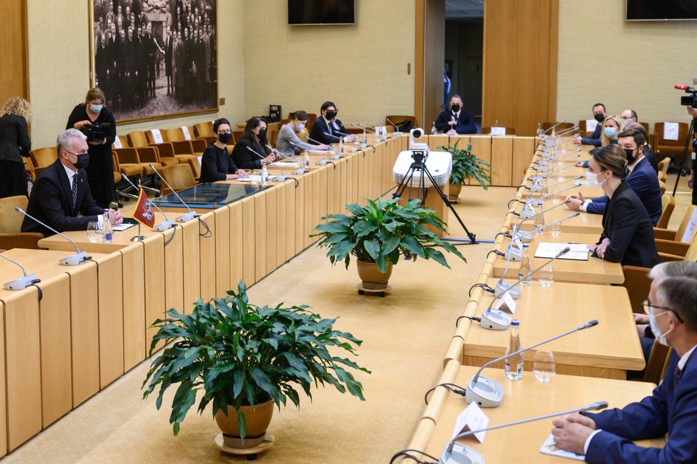 Prezidentas Gitanas Nausėda trečiadienį su Seimo pirmininke Viktorija Čmilyte-Nielsen ir kitais Seimo valdybos nariais aptars rudens sesijos darbus.<br>V.Skaraičio nuotr.
