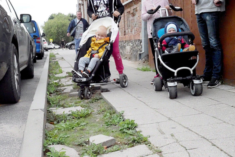Einant Panevėžio Ramygalos gatve geriau žiūrėti sau po kojomis.<br>A.Švelnos nuotr.