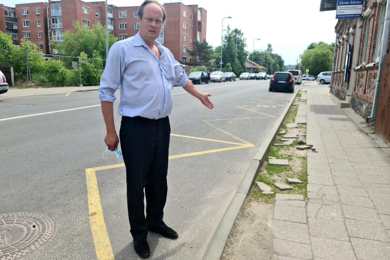 A.Sipavičius stebėjosi, kaip miesto centre galėjo būti palikta tokia netvarka.<br>A.Švelnos nuotr.