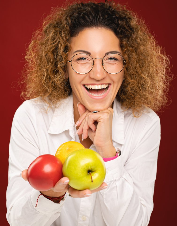 Dietistė Dalia Lenkutienė dalijasi konkrečiomis populiariausių vaisių ir daržovių naudomis.<br>I. Giedraitytės nuotr.