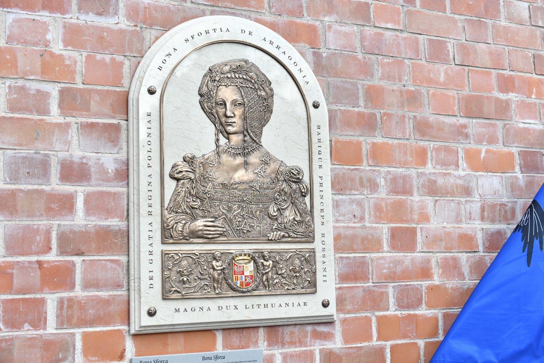 Lietuvos didžiosios kunigaikštienės ir Lenkijos karalienės, Neapolio karališkosios princesės ir Bario bei Rosano kunigaikštienės Bonos Sforcos (1494–1557) bareljefo atidengimo iškilmės.<br>V.Abramausko nuotr.