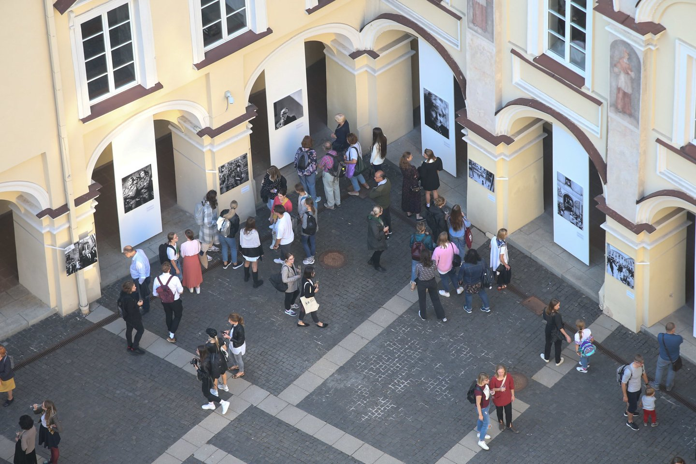 """Antano Sutkaus fotografijų parodos """"Universiteto žmonės"""" atidarymas.<br>R.Danisevičiaus nuotr."""