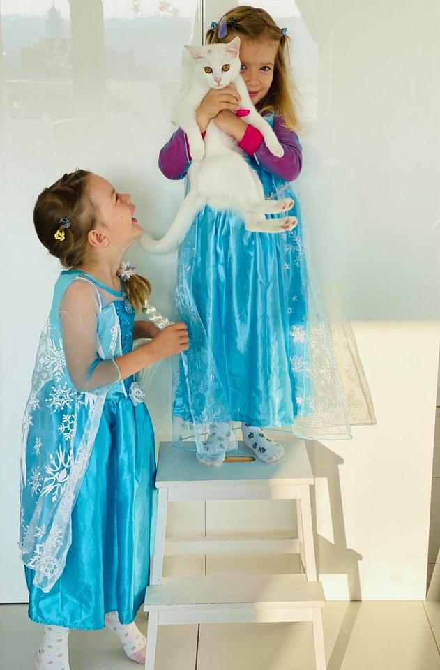 E.Purauskytė juokiasi, kad namai tapo rūmais, o dukros – princesėmis.<br>Asmeninio albumo nuotr.