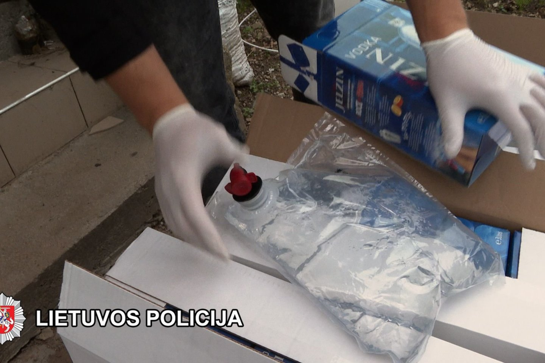Šiaulių policija smogė kontrabandinių cigarečių ir pilstuko pardavėjams.<br>Šiaulių apskrities VPK nuotr.
