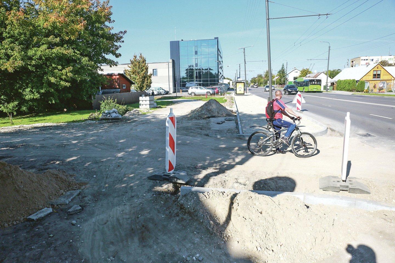Naujas dviračių takas Vilijampolėje jau tiesiamas greta Raudondvario plento.<br>G.Bitvinsko nuotr.