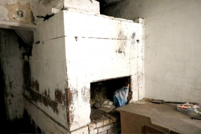 Nedidelėje virtuvėje su plūktine asla dar stovi krosnis, kurioje šeimininkės ponams kepdavo duoną.<br>A.Švelnos nuotr.