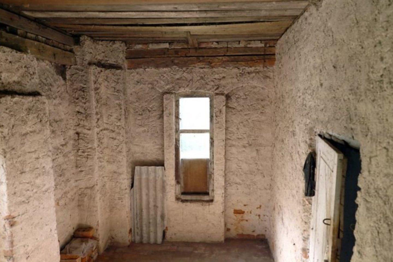 Nors sovietmečiu mažuose kambarėliuose gyveno žmonės, tačiau išliko dar ponų laikus menančios sienos.<br>A.Švelnos nuotr.