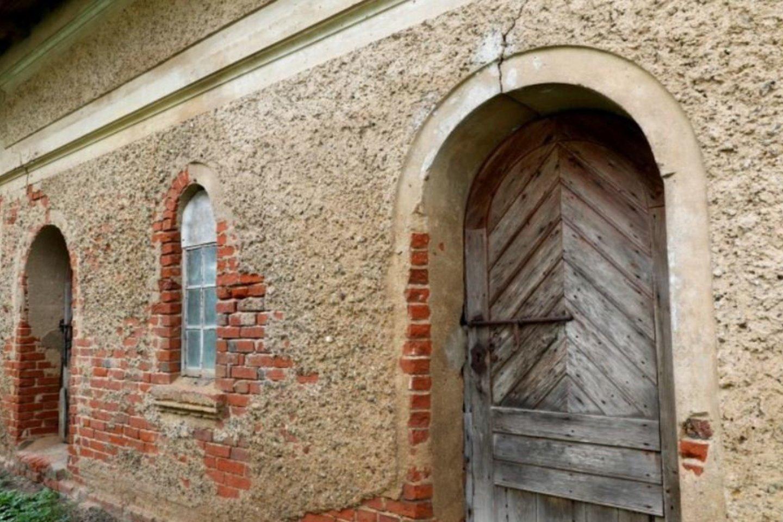 Nors rūmai prabanga netviskėjo, baronai nemažai dėmesio skyrė ūkinių pastatų architektūrai.<br>A.Švelnos nuotr.