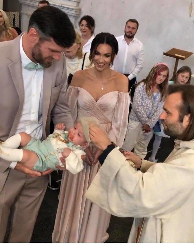 Lavrinovičiai pakrikštijo savo sūnų.<br>Stopkadras.